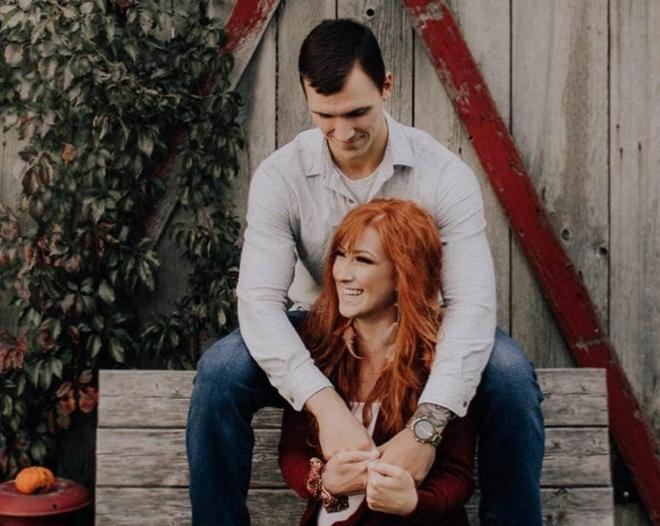 Парень фотографировал свою девушку и кольцо перед тем, как сделать предложение