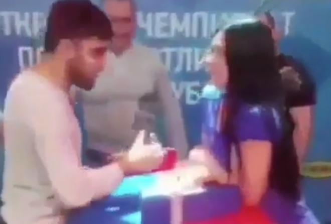 Девушка показала парню свою силу — его это расстроило