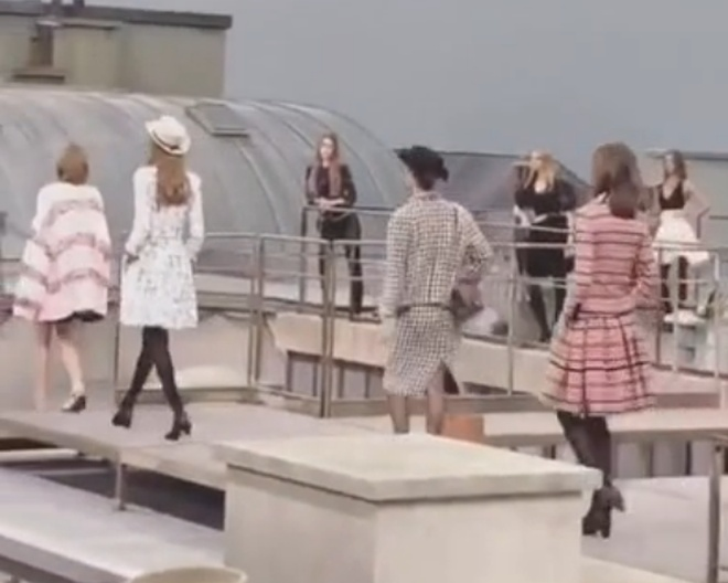 Посторонняя девушка прошлась с моделями на показе мод в Париже