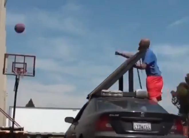 Красивый трюк с баскетбольным мячом