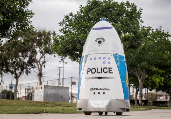 Девушка попросила помощи у робота-полицейского — ответ её шокировал