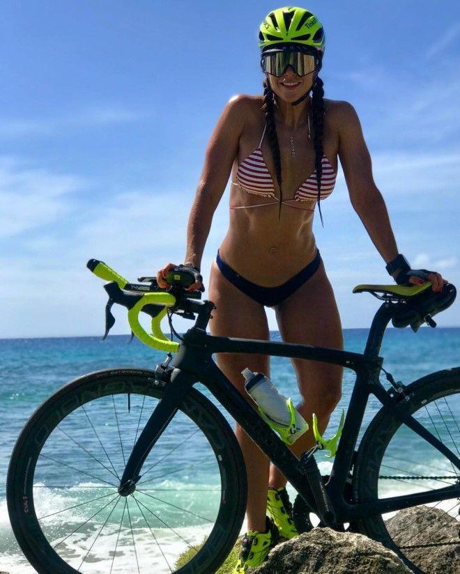 Красивые и спортивные велосипедистки
