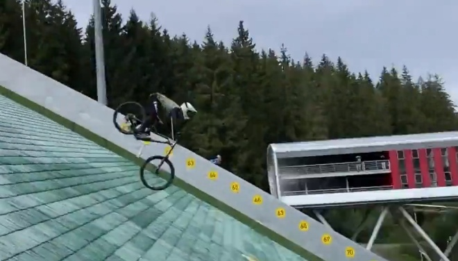 Эпичный полёт с велосипеда на большой скорости