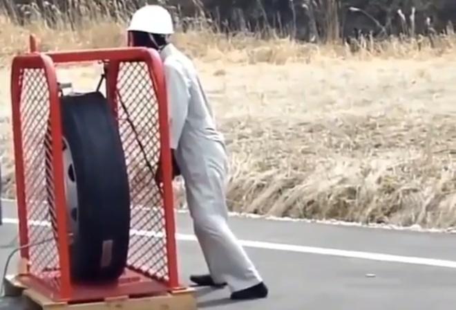 Взрыв колеса от грузовика и манекен
