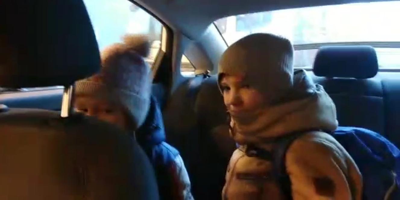 Московский водитель Яндекс. Такси спас женщину с двумя детьми