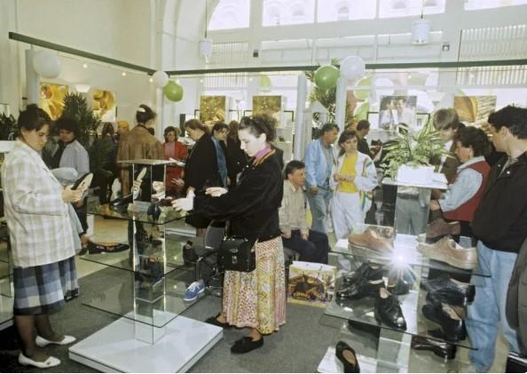 Жизнь в лихие 90-е: первые магазины, пустые прилавки и жалобные взгляды россиян