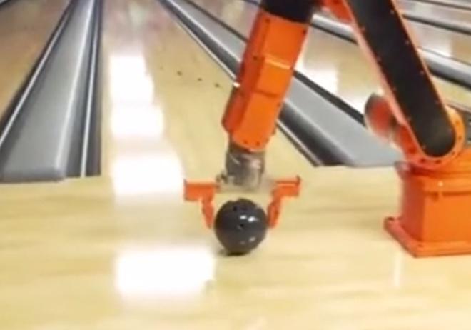 Робот запускает шары для боулинга как из пушки