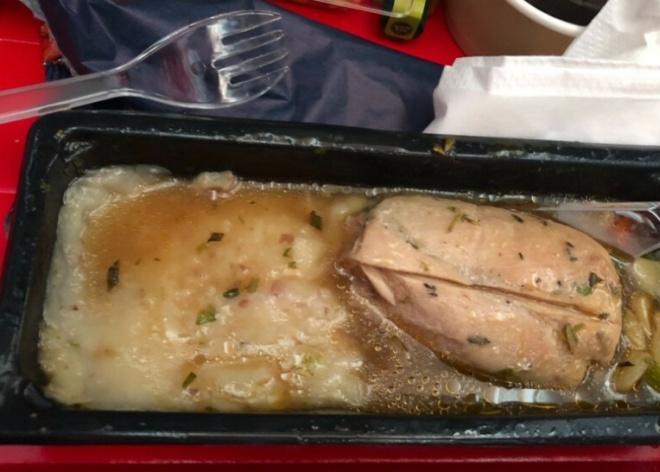 Не самая аппетитная еда в самолетах