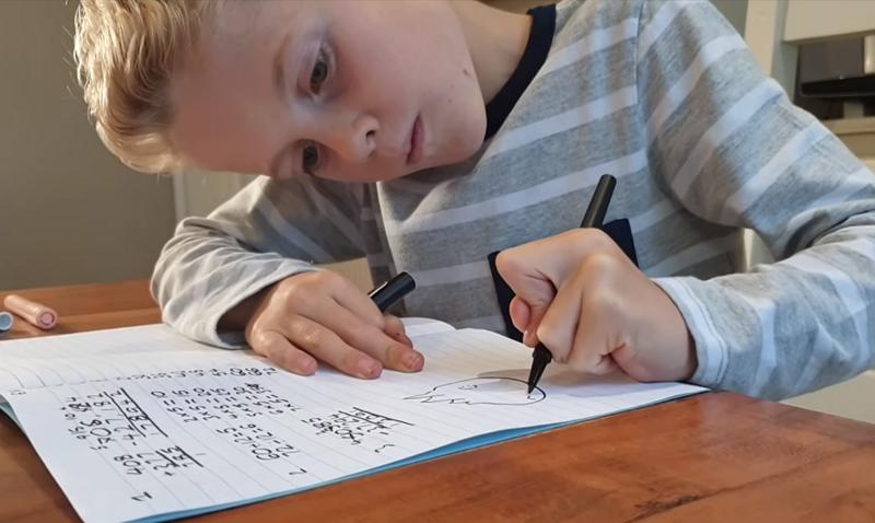 Мальчик любил рисовать в театради на уроках, а теперь занимается этим профессионально