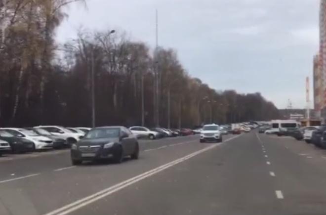 Вот так люди паркуют машины в Путилково — такое мало где можно увидеть
