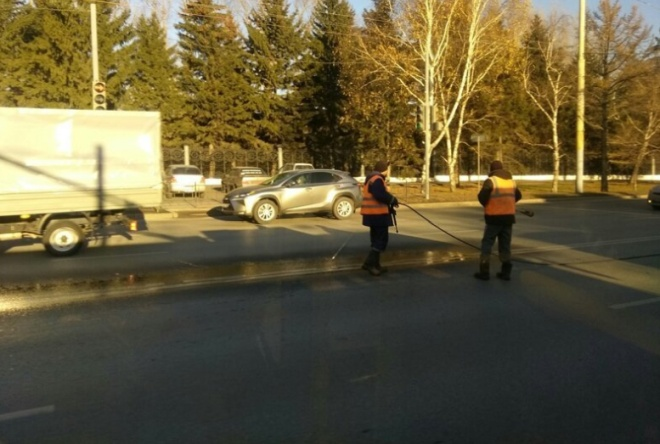 Перед приездом президента в Омске превратили дороги в ледяной каток