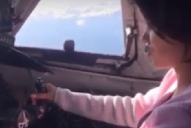 Пилот самолета с пассажирами пустил за штурвал свою подругу