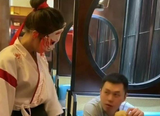 В китайских ресторанах появились специальные сотрудницы, открывающие пивные бутылки