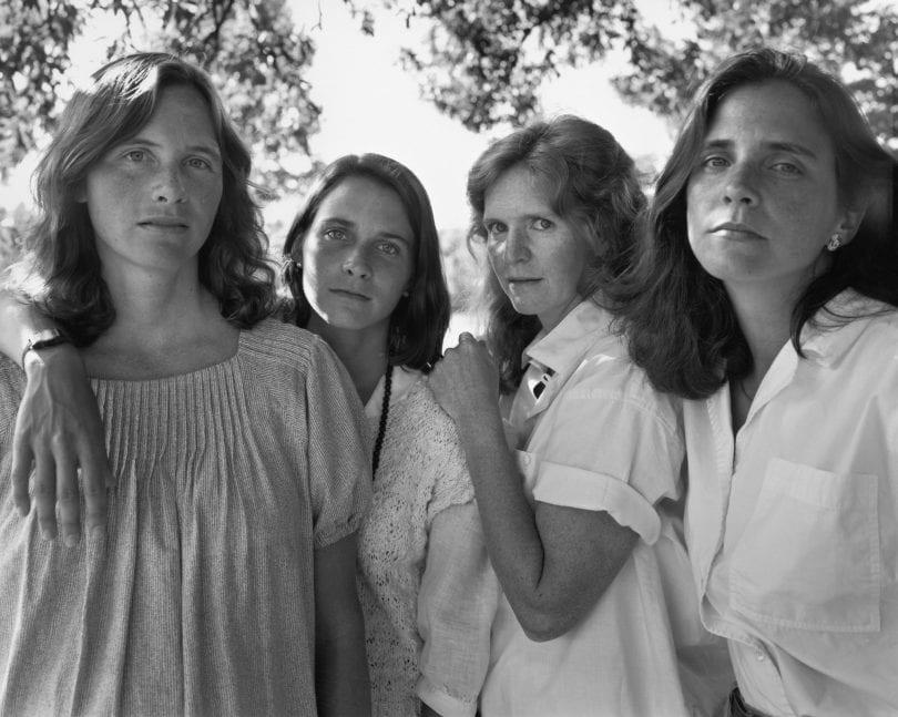 Скоротечность жизни: фотограф ежегодно снимал четырех сестер и показал, как они изменились за 40 лет