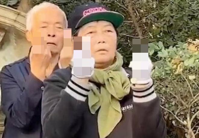 Целую группу китайских пенсионеров застали за очень странным занятием