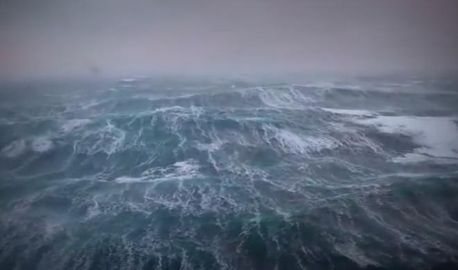 Вид на неспокойное море с буровой платформы