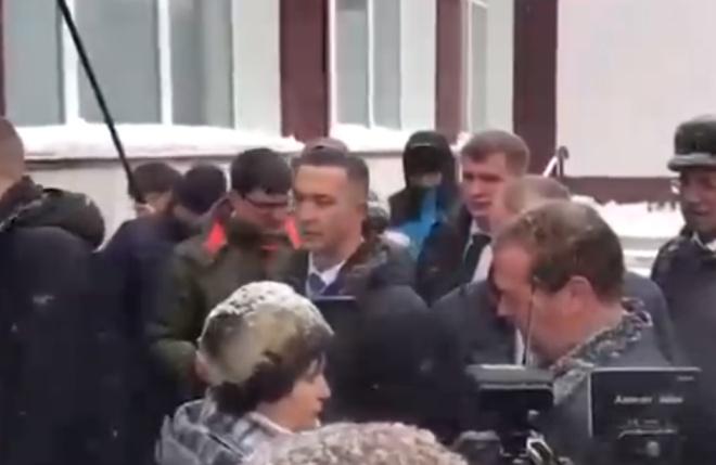 Алтайская пенсионерка встала на колени перед Дмитрием Медведевым