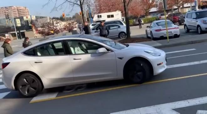 В Канаде Tesla без водителя ехала по встречной полосе