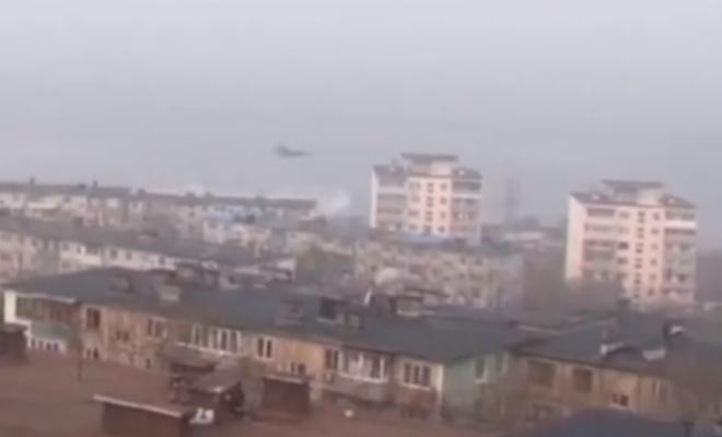 Мужчина снял истребитель, пролетающий прямо над крышами домов