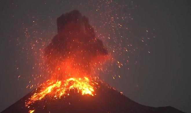Фотограф снял редчайшее явление: вулканическую молнию