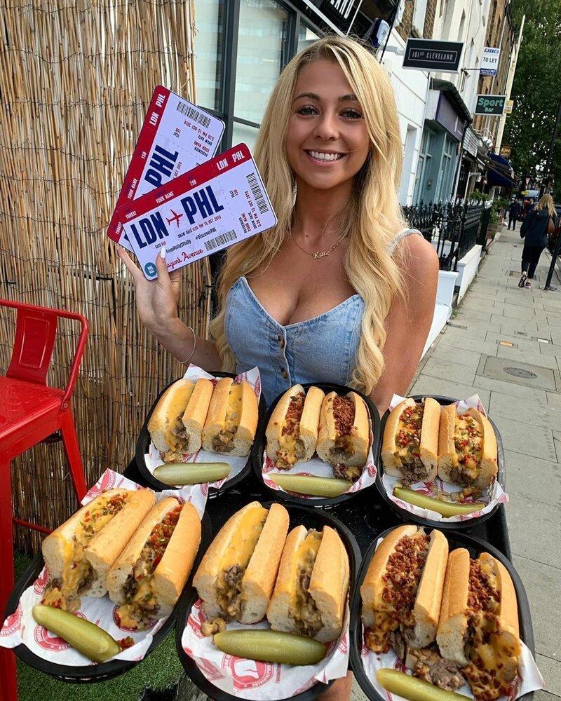 Эта хрупкая и миловидная девушка смогла съесть метровый хот-дог
