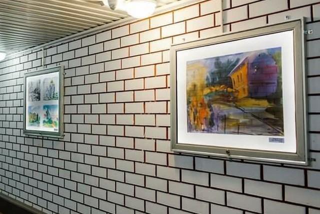 В подземном переходе организовали выставку картин