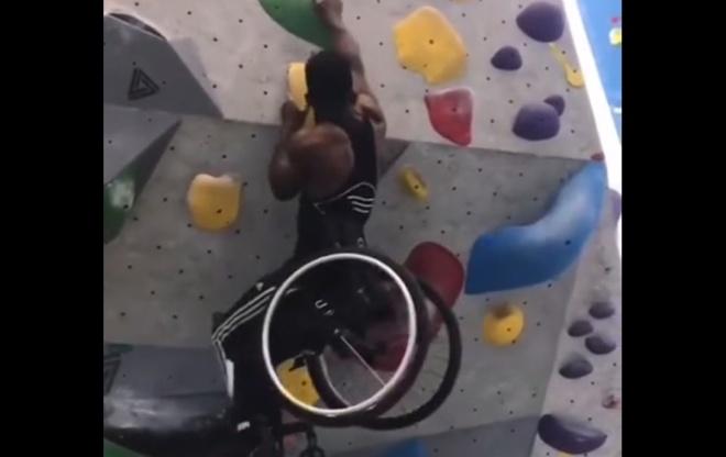 Проблемы с ногами не мешают ему заниматься скалолазанием