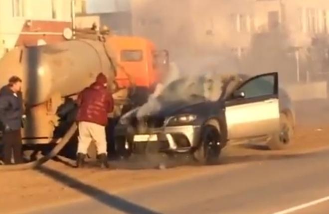 Ассенизатор не проехал мимо и спас горящий BMW