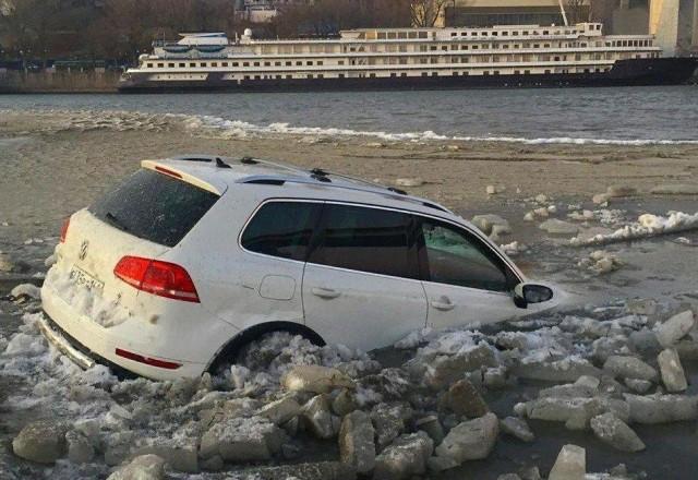 Наступили холода и водители выехали на лед…