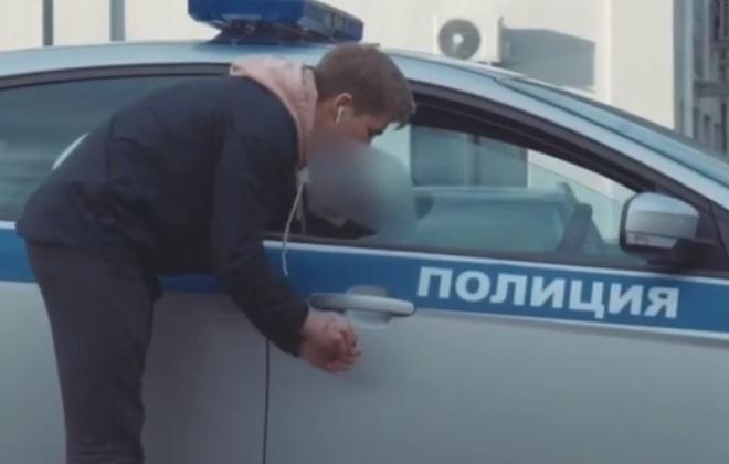 Блоге закинул петарду в машину полицейских