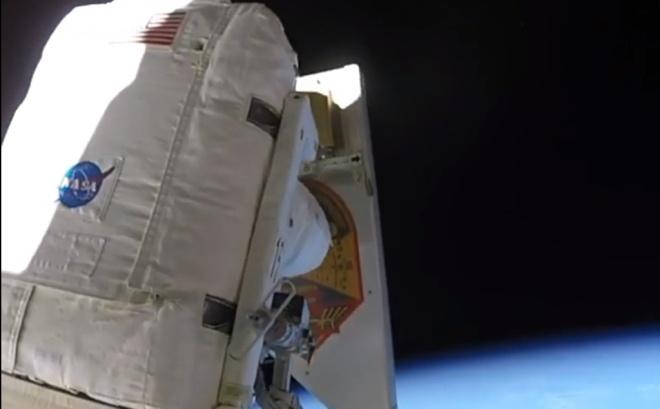 Астронавт выбрасывает мусор в космос