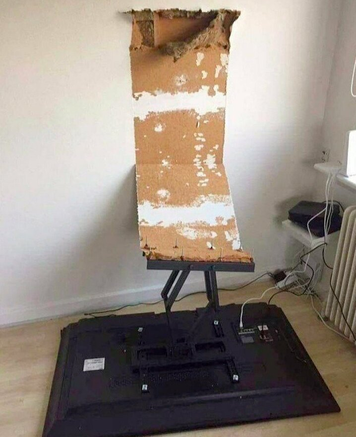 Примеры того, как можно неудачно повесить телевизор