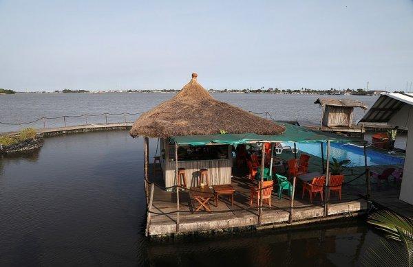 Поразительный  курорт у берегов Кот-д'Ивуар, который построили из пластиковых бутылок и мусора