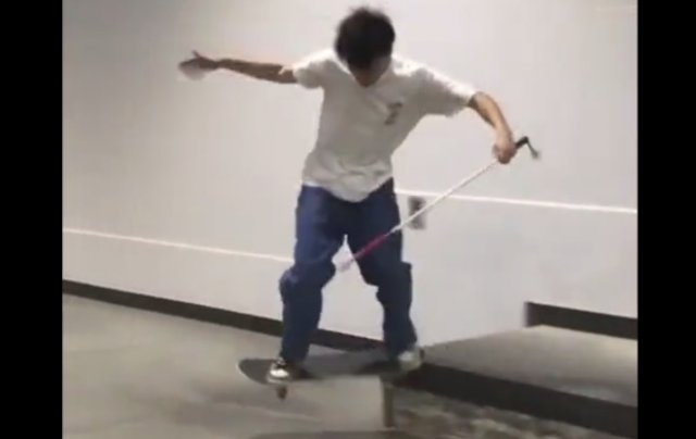 Незрячий парень на скейтборде
