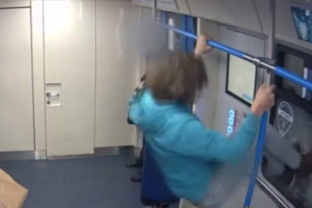 Разбил стекло в метро, но не хочет быть виноватым