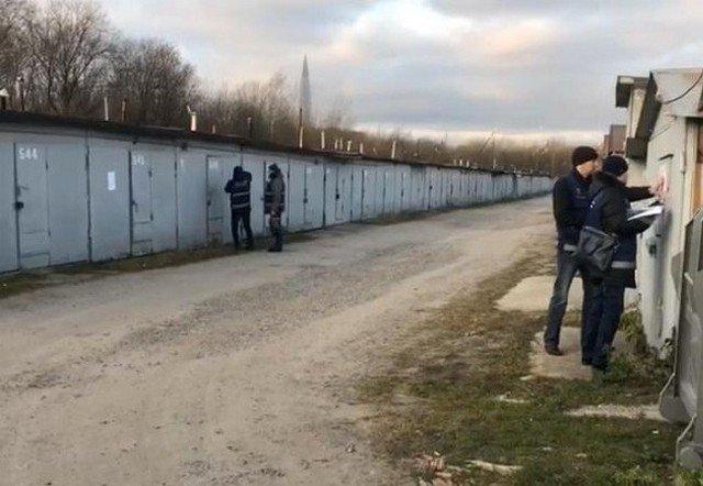 В Петербурге сносят гаражи. Один из хозяев защищает имущество с автоматом и гранатами