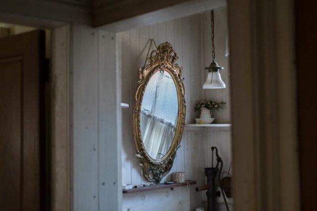 Фотограф нашел на Лонг-Айленде большой заброшенный дом, наполненный сокровищами прошлого