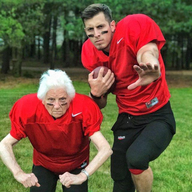 Бабушка с внуком фотографируются в безумных нарядах