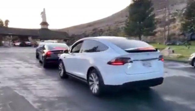 Огромная очередь из автомобилей. Дефицит бензина?
