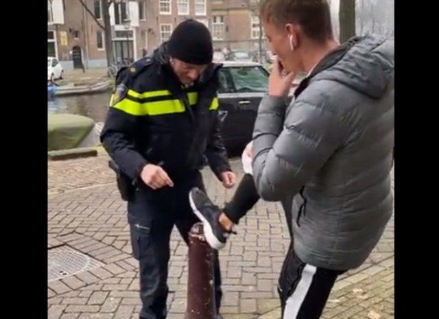 Полицейский в Нидерландах занят странным делом