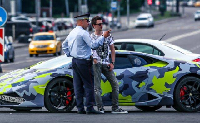 США и Британия объявили киберпреступниками мужчину, у которого Lamborghini, лев и тигр