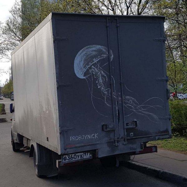 Грязное искусство: российский художник пишет картины на грязных машинах