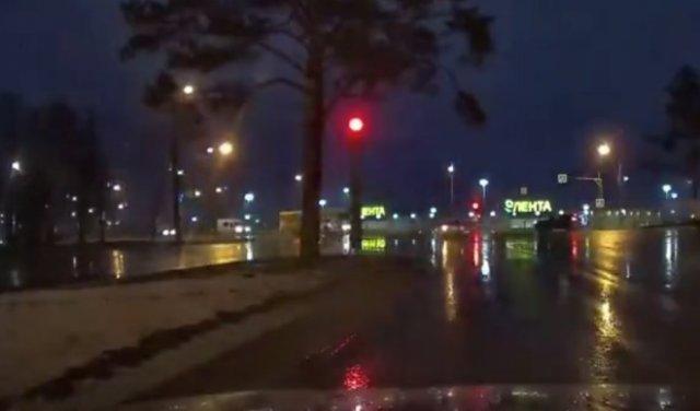 В Ижевске лихач проехал на красный свет и устроил аварию