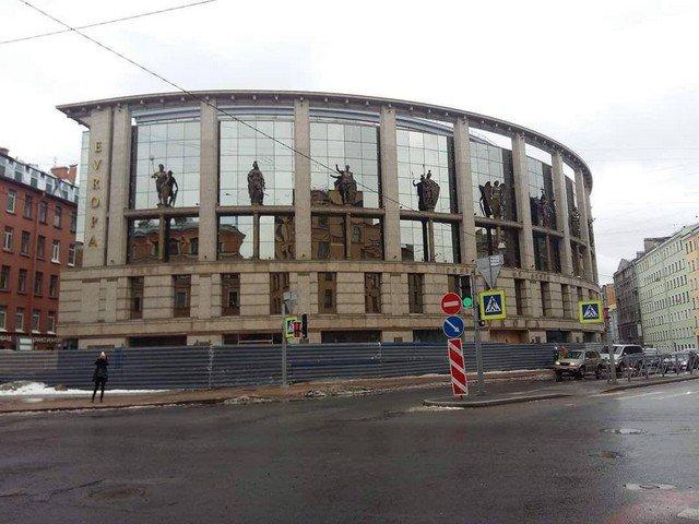В Петербурге на фасаде ТРК появилась необычная статуя