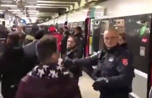 В парижском метро появились отдельные вагоны для женщин