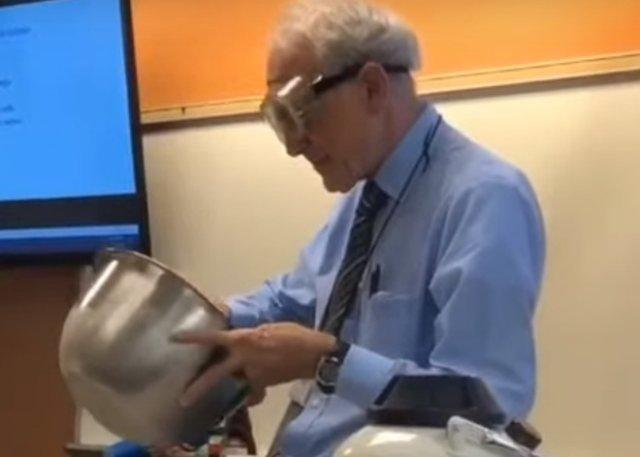 Семидесятилетний учитель физики, который очень нравится ученикам
