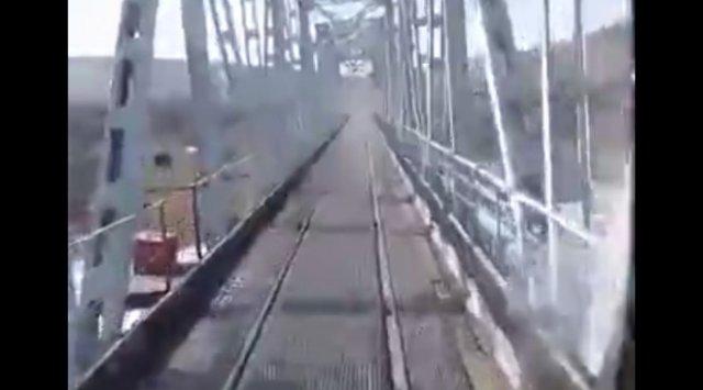 Дорога проходит прям по железнодорожным путям