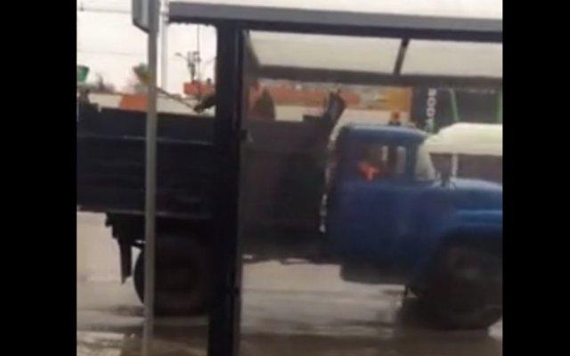 Коммунальщики в Тамбове перестарались с посыпанием дороги песком