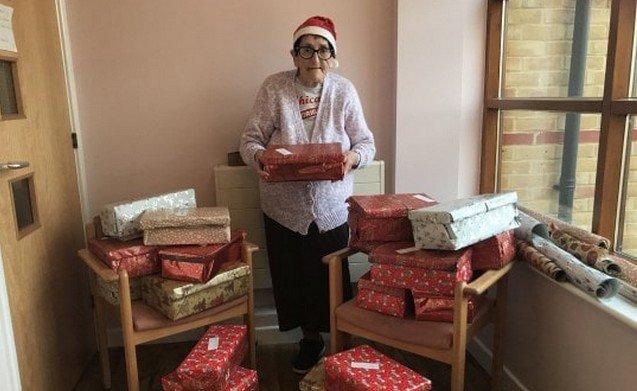 80-летняя бабушка решила поработать Санта-Клаусом. Как думаете, сколько подарков она собрала?