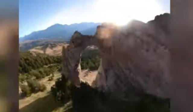 Бейсджампер пролетел сквозь узкую дыру в скале на скорости 230 км/ч